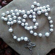 Náhrdelníky - Perličkový ruženec s cínovaným krížikom (biely) - 11787237_