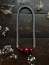 Náhrdelníky - Bordo korále na šedém lesklém laně - 11787291_