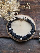Náramky - Tmavě šedý náramek pošitý perlami - 11787368_