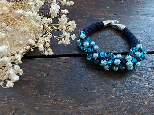 Tmavě modrý náramek pošitý tyrkysovými korálky