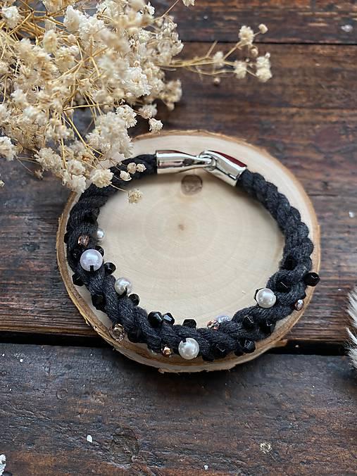 Tmavě šedý náramek pošitý perlami
