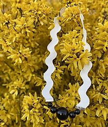 Náhrdelníky - Černé korále na bílé vlnce - 11787239_