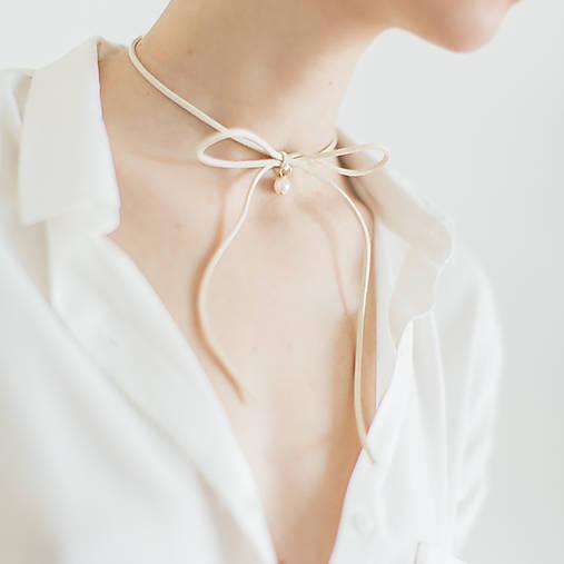 Náhrdelníky - Semišový choker náhrdelník s perlou - 11786388_