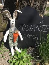 Dekorácie - maličký zajko v zelených nohaviciach ..... - 11786215_