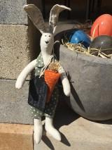 Dekorácie - maličký zajko v zelených nohaviciach ..... - 11786216_