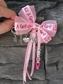 Detské doplnky - Mašlička na kočík - veľká brošňa s kovovými príveskami pre dievčatko ružová It's a girl - 11789522_