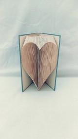 Dekorácie - Srdce - vyskladané z knihy - 11793015_
