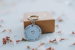 Drobnosti - Kľúčenka celý môj svet sa točí okolo teba - 11808207_