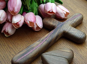 Dekorácie - Svadobný krížik z orechového dreva (fosforové kryštáliky () - 11821907_