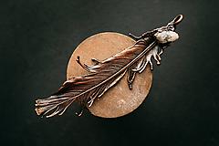 Náhrdelníky - Prívesok pierko s krištáľom - 11826281_
