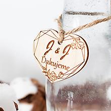 Darčeky pre svadobčanov - Drevené srdiečko na fľašu - 11829922_