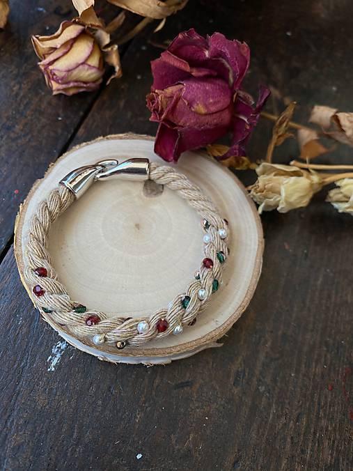 Béžový náramek pošitý perlami