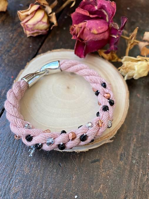Pudrový náramek pošitý perlami