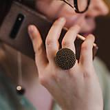 Prstene - BUTTON {L} výrazný zlatobronzový prsteň - 11836860_