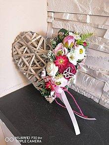 Dekorácie - Prírodné kvetinové srdce 25cm s motýlikom - 11844503_