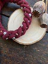 Náhrdelníky - Vínový náhrdelník pošitý perlami - 11852462_