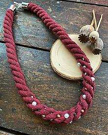 Náhrdelníky - Vínový náhrdelník pošitý perlami - 11852464_