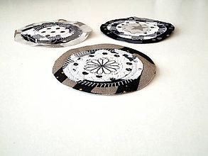 Materiál ručne robený - Kolieska bielo-šedo-čierne - 11860377_