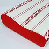 """Úžitkový textil - Červevená """"výšivka"""" na bielej - obliečka na anatomický vankúš M - 11858461_"""
