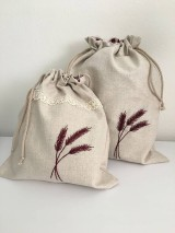 Úžitkový textil - Vrecko na chlieb z ľanového plátna s ručnou výšivkou a bavlnenou krajkou (bordové klasy s krajkou, menšie) - 11868828_