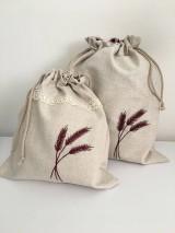 Úžitkový textil - Vrecko na chlieb z ľanového plátna s ručnou výšivkou a bavlnenou krajkou (bordové klasy) - 11868832_