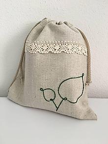 Úžitkový textil - Vrecúško na bylinky z ľanového plátna s ručnou výšivkou a bavlnenou krajkou - 11868758_