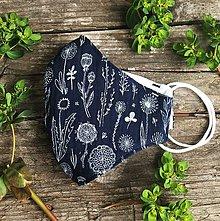 Rúška - *NOVÝ EŠTE LEPŠÍ STRIH* dvojvrstvové mušelínové rúško 100 % bavlna, Tmavomodré kvetinky - 11885371_