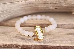 Náramky - Náramok s Keshi perlou v zlate a matným jadeitom - 11887870_
