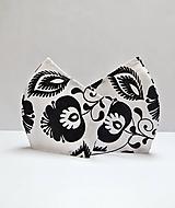 Textilné rúško na tvár dvojvrstvové BLACK AND WHITE FLOWERS s antibakteriálnou bavlnou