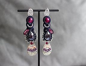 Náušnice - Tmavomodré šujtášové náušnice s farebnými detailmi a Swarovski kryštálmi - 11899686_