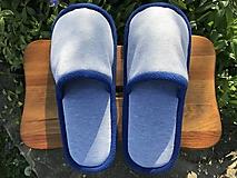 Bledošedé papuče s modrým lemom