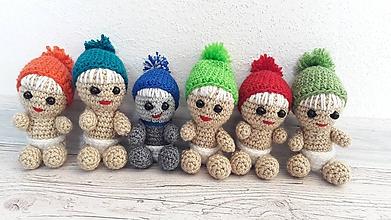 Hračky - háčkované detičky / mini/ v telovej farbe (červenej čiapke) - 11897315_