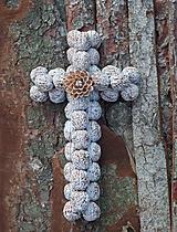Dekorácie - Krížik - biely s kvietkom na chalupu - 11906023_
