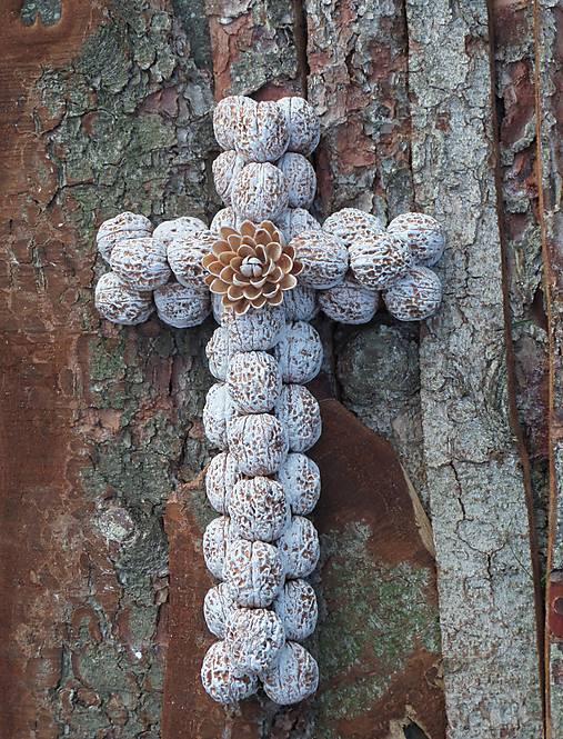 Krížik - biely s kvietkom na chalupu