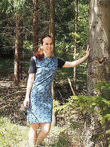 Šaty - Modročierne krátke úpletové šaty - 11908870_