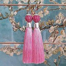 Náušnice - {LETO 2020} sýte ružové visiace náušnice so strapcom - 11916368_