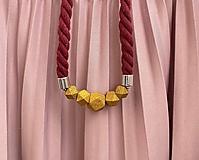 Náhrdelníky - Zlaté korálky na bordo laně - 11922772_