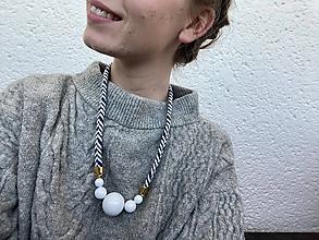 Náhrdelníky - Bílé korále na modrobílém laně - 11922788_