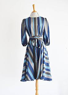 Šaty - Prúžkované ľahké šaty s viazaním v páse - 11922218_