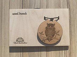 Odznaky/Brošne - Drevený prívesok sovička, zavesený na voskovanej šnúre. - 11927364_
