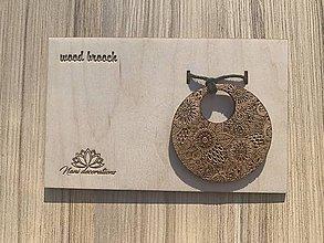 Odznaky/Brošne - Drevený prívesok kvetinky, zavesený na voskovanej šnúre. - 11927402_