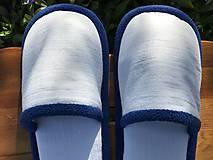 Obuv - Biele riflové papuče s modrým lemom - 11923579_