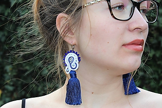 Náušnice - šujtášové náušnice bielo-modré so strapčekmi - 11933384_