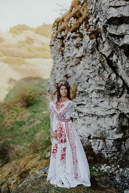 bielo ružové vyšívané šaty Poľana