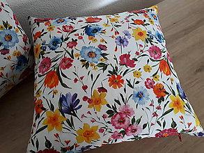 Úžitkový textil - Obliečka na vankúš (Pestré kvetinky na bielej) - 11937275_