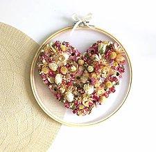 Dekorácie - Obraz vyšívaný kvetmi srdce - 11935361_