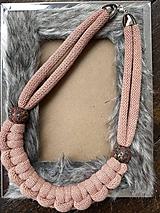 Náhrdelníky - Pudrový pletený náhrdelník - 11944946_