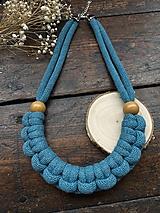 Náhrdelníky - Petrolejový pletený náhrdelník s korálky - 11944982_