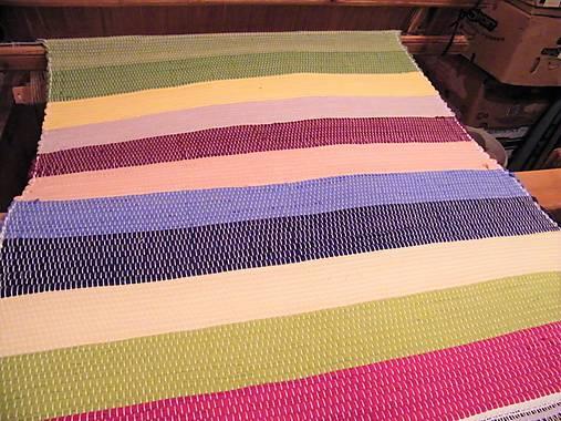 Tkaný pestrofarebný koberec bez bielej