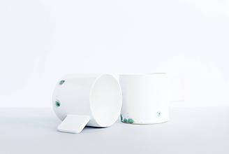 Nádoby - Biely hrnček so zelenými fľakmi - 11946572_
